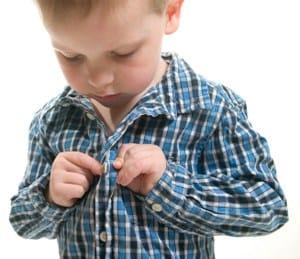 het hoogsensitieve kind leert een overhemd aantrekken