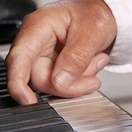 Ben's handen op piano