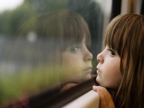 jongetje-kijkt-door-raam