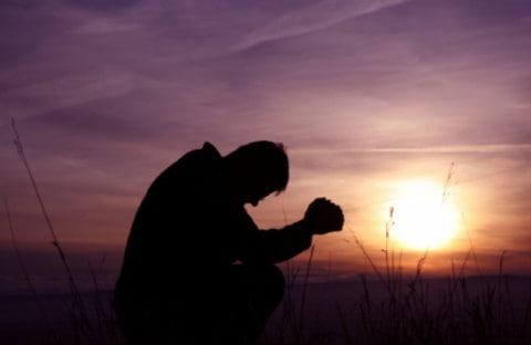 biddende-man