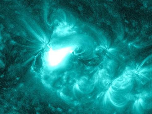 solar flare june 13 20 490x367 2/2/2014: ACTIVERING VAN EEN NIEUWE TIJD/RUIMTE– Celia Fenn