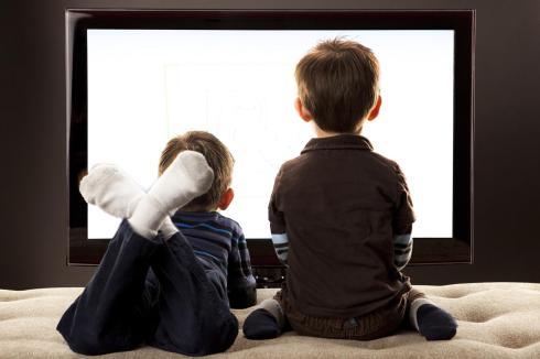 nieuwetijdskind.com-kinderen-kijken-televisie
