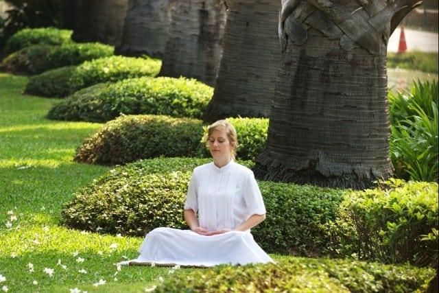 vrouw-mediteert
