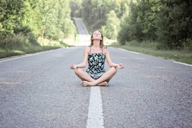 vrouw-mediteert-weg
