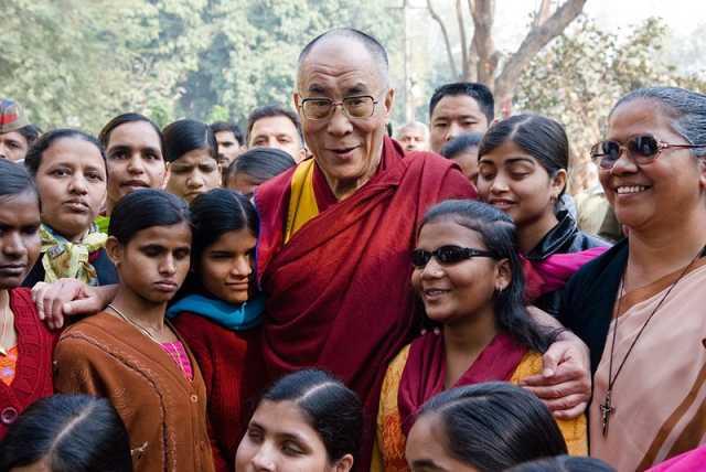 dalai-lama-omringd