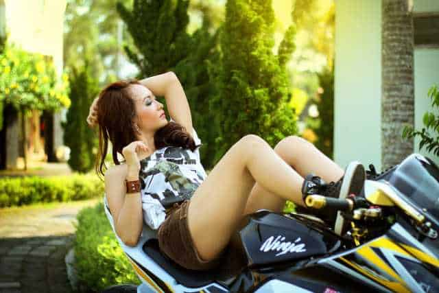 athena-vrouw-motorfiets