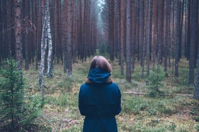 vrouw-voor-bos