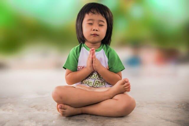 contact met je ziel. Meisje mediteert