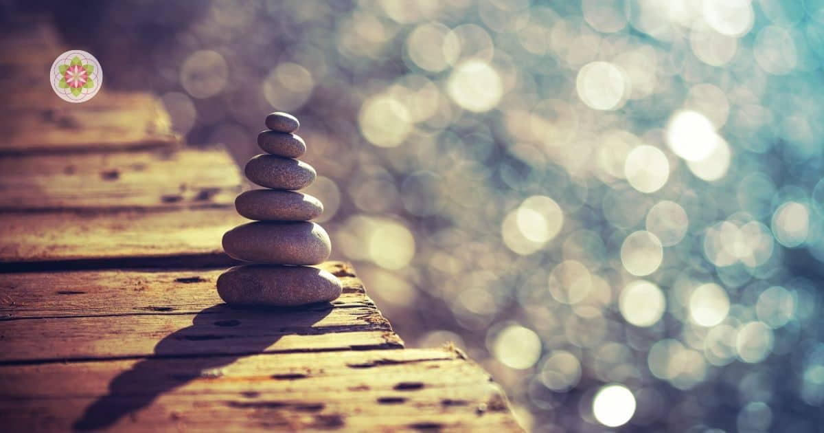 Zonder dat we het ons altijd bewust zijn, hebben we allemaal een prachtig ingebouwd kompas dat ons altijd vertelt of we in ons leven op één lijn staan met onze ziel. Jouw innerlijke kompas vertaalt de fluisteringen van je ziel via je intuïtie naar de stappen die jij kunt zetten.