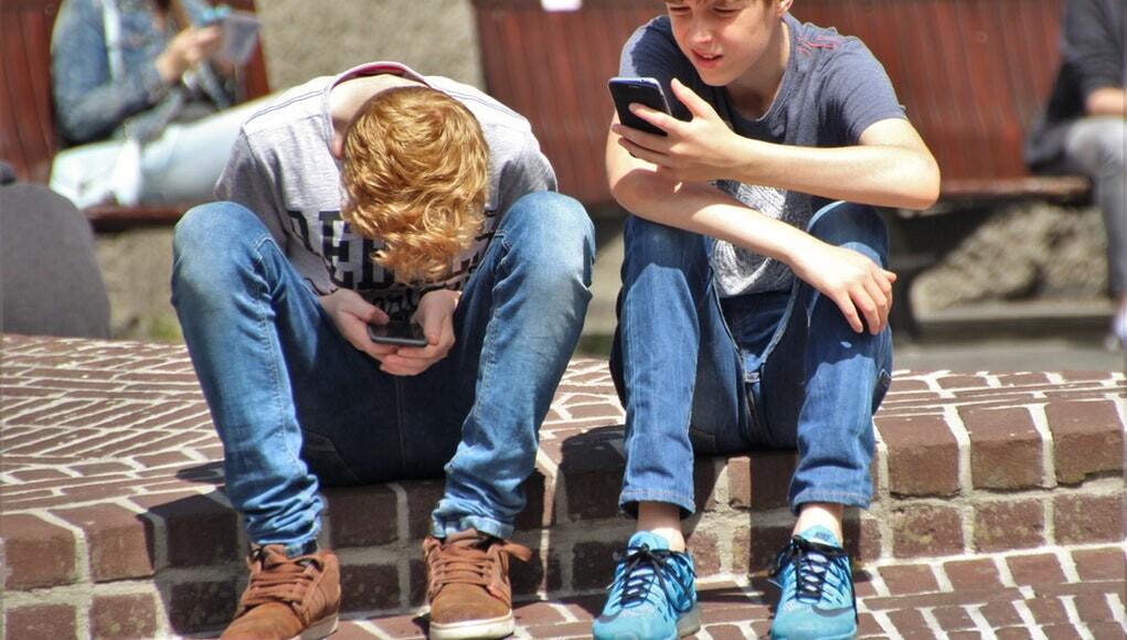 Meerdere landen verbannen wifi & smartphones rond scholen, jonge kinderen & foetussen