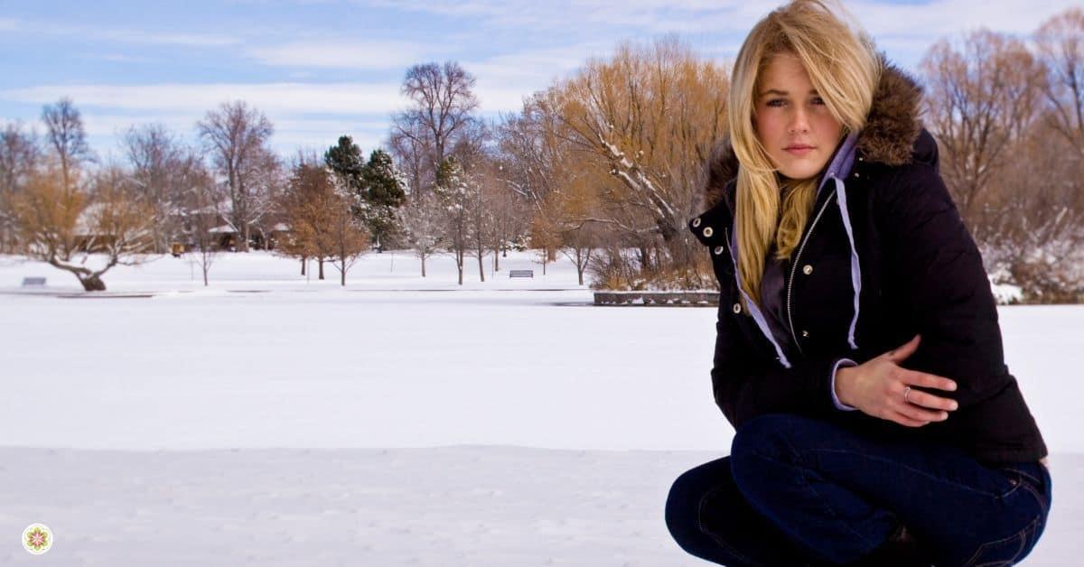 vrouw sneeuw hurken